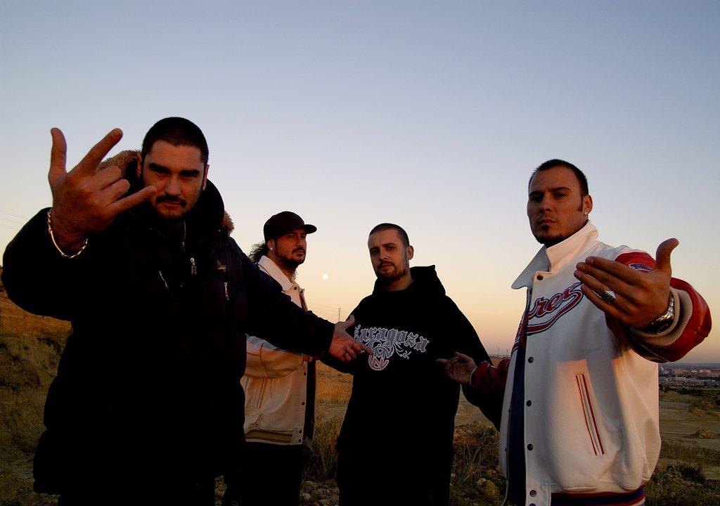 Kase O - De izquierda a derecha, Kase O, Hate, R de Rumba y Lírico, posando para el álbum fotográfico del disco Genios