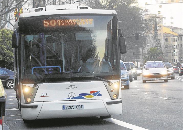 Moverte en autobús por Zaragoza - Foto de Jaime Galindo - El autobús de la línea 501 es blanco y diferente al resto de autobuses urbanos de la flota