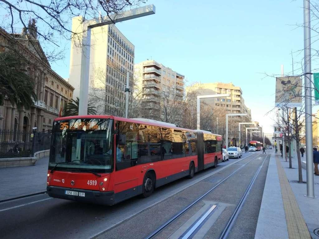 Moverte en autobús en Zaragoza - Uno de los buses articulados de la línea diurna 35 haciendo su recorrido por Paseo Independencia