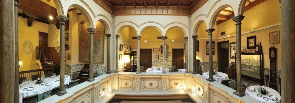 Patio de las Conchas, el Restaurante por excelencia del palacio renacentista de los siglos XV al XVII en Casa Montal