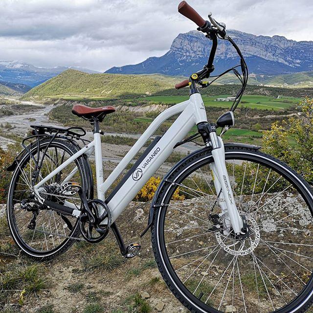La Peña Montañesa contemplando el futuro de la movilidad eléctrica de Varaneo