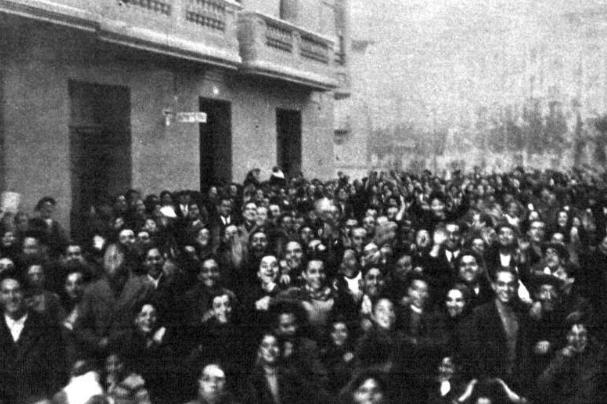 A lo largo de todo el día, la calle de Gascón de Gotor se llenaba de curiosos con el afán de escuchar la voz del duende de Zaragoza