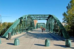 Puente de hierro en color verde