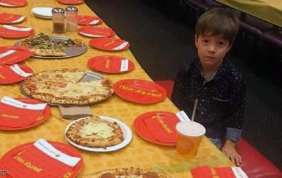 صوره أحزنت الملايين ،  طفل دعا 32  من أصدقائه لحضور عيد ميلاده  و لم يحضر أحد