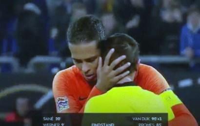 حكم مباراة ألمانيا وهولندا يجهش في البكاء بعد أن علم بوفاة أمه ، فيديو