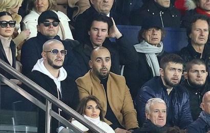 ظهور القذافي متنكرا بين مجموعة من مشاهير العالم يتابعون إحدى المباريات