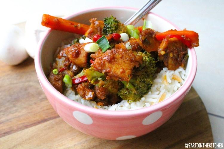 Zoet-pittige kip met groenten en rijst