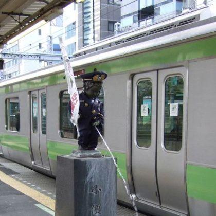 浜松駅 ホーム に ある 小便小僧