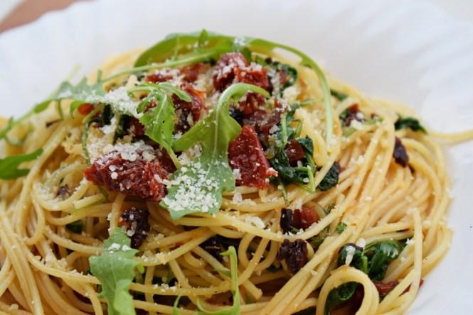 Spaghetti z suszonymi pomidorami i rukolą