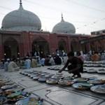 Pakistani boy arranges food for Ramadan iftar