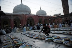 Pakistani boy arranges food for Ramadan iftar