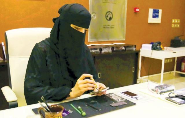 Mariam Al-Subaie repairing electronics
