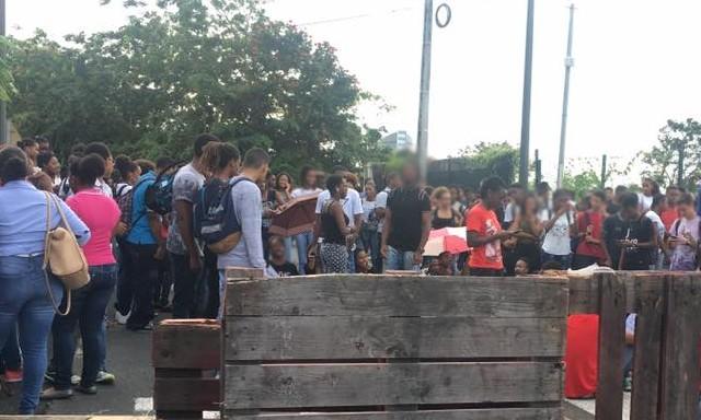 #ZayActu : Les lycéens du lycée Schoelcher sont mobilisés et bloquent l'accès principal de l'établissement   ZayRadio.org
