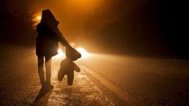Photo of Deux enfants en pyjama âgés de 4 et 7 ans abandonnés par leurs parents en pleine rue