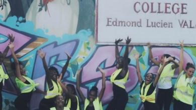 Photo of Des élèves du collège du St-Esprit chantent sur le thème de la sécurité routière avec L'homme Paille