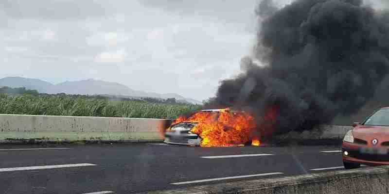 Une voiture en flamme sur la N5 au niveau de Carrère provoque de gros embouteillages