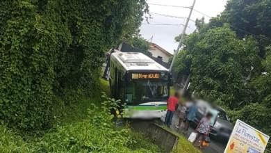 Photo of Un bus fait une sortie de route à Morne-Pavillon au Lamentin
