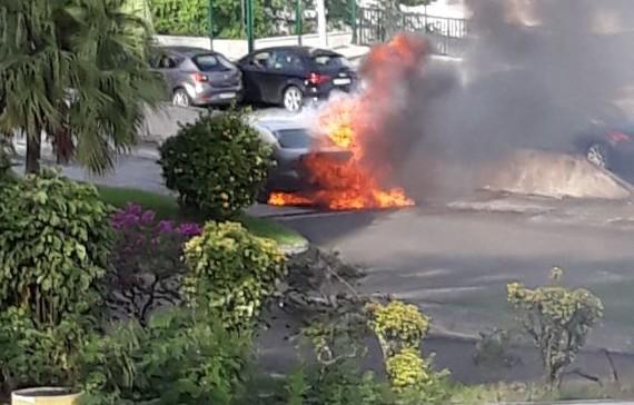 Une voiture ravagée par les flammes sur le tunnel de l'ancienne maternité (Vidéo)