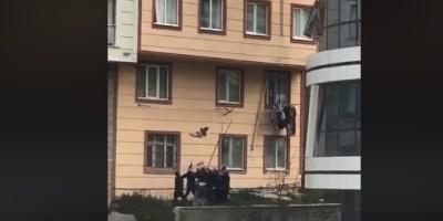 Un enfant laissé sans surveillance se retrouve à la fenêtre et est sauvé in extremis (Vidéo)