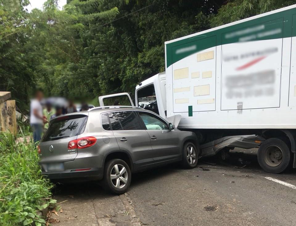 Collision entre une voiture et un camion au Gros-Morne