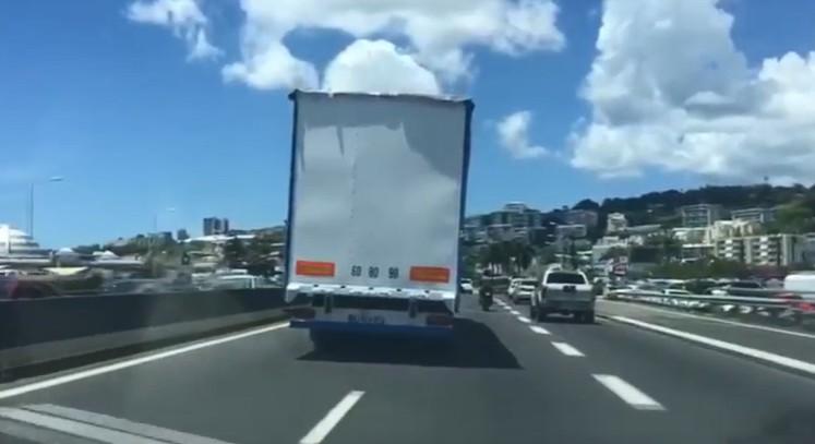 (VIDÉO) Conduite dangereuse d'un chauffeur d'un poids lourd sur l'autoroute et la Rocade