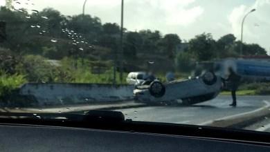 Photo of Une voiture sur le toit dans le rond-point de Case-Pilote