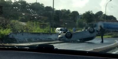 Une voiture sur le toit dans le rond-point de Case-Pilote