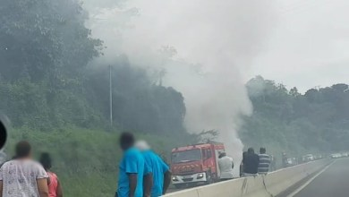 Photo of Voiture en feu à Lestrade au Robert. Circulation momentanément fermée et gros embouteillage