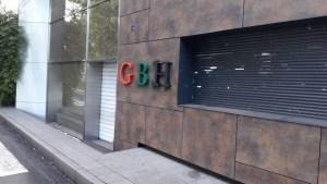 """Les lettres """"GBH"""" du siège situé au Lamentin repeintes en rouge vert noir"""