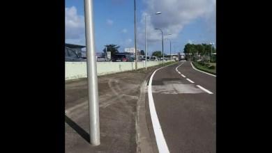 Photo of Barrage à l'aéroport : des voitures stationnées tout au long de la RN5 au Lamentin