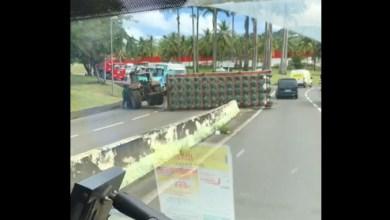 Photo of La remorque d'un tracteur se renverse dans le rond-point de Brasserie Lorraine au Lamentin (VIDÉO)