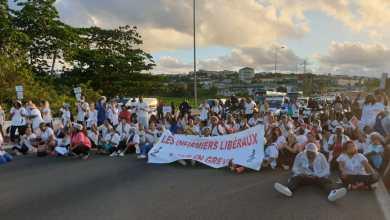 Photo of Opération molokoy : les infirmiers libéraux assis sur les voies de l'autoroute