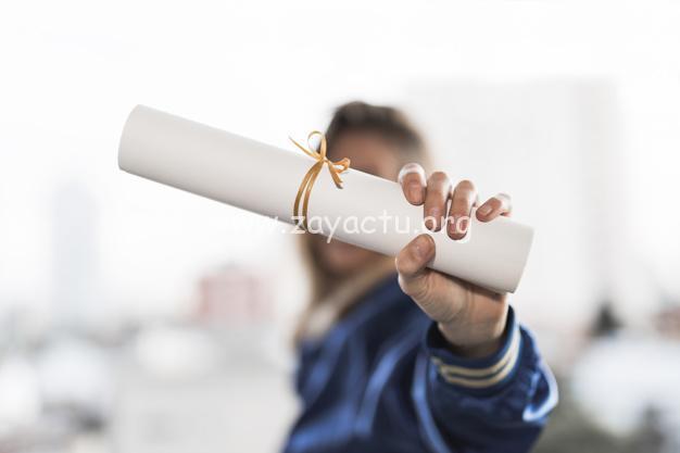 Jeune femme avec un diplôme.