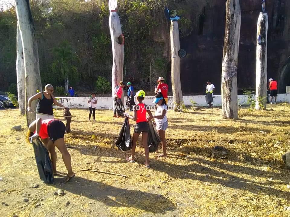 Opération de nettoyage au Carbet. Photo : ville du Carbet.