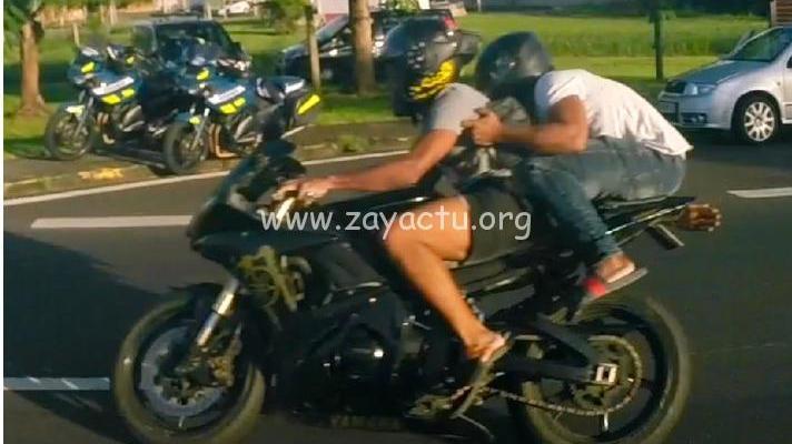 Deux jeunes sur une moto