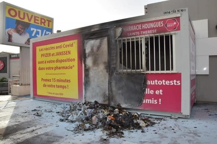 Modulaire devant une pharmacie incendié