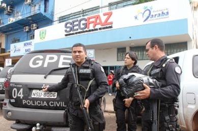 Policiais levam documentos apreendidos na Comissão de Licitações da Prefeitura de Marabá