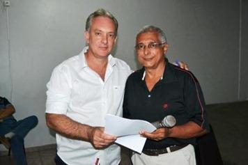 Nilo, diretor da ACIP entrega Agenda Mínima ao candidato Coutinho