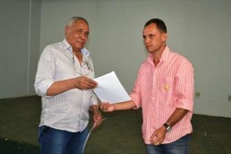 Oriovaldo Mateus entrega agenda mínima para o candidato Zezinho