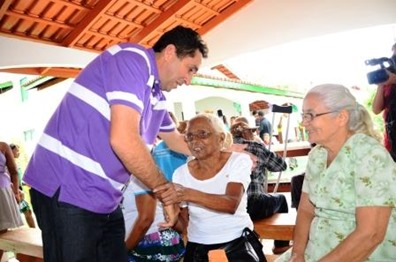 Prefeito Jeova cumprimentando idosas