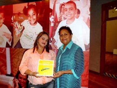 Gildete Prates e Maria José Maciel recebendo a Placa que representa o apoio do Criança Esperança