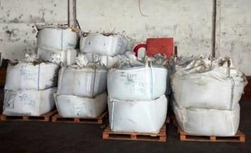 Uma carga de 129 toneladas de cobre é motivo de denúncia de furto que teria ocorrido em dezembro no município de Ourilândia do Norte, sudeste do Pará. O produto foi transportado via rodoviária, em containers, até o porto Amazon Dry Port, na rodovia Arthur Bernardes, em Belém, onde está apreendido desde o último final de semana.  FOTO: ASCOM SEMAS DATA: 14.01.2016 BELÉM - PARÁ
