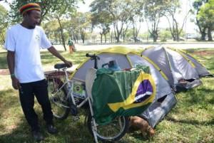 José Augusto veio de Altamira no Pará de bicicleta participa do acampamento no Parque da Cidade que defendem o afastamento da presidenta Dilma Rousseff -Elza Fiuza Agência Brasil