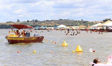 """Veraneio começa com """"sol de rachar"""" e multidão na Praia do Tucunaré"""