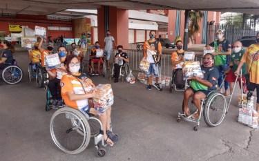 Paratletas do All Star Rodas recebem doações de cestas básicas de um grupo de basquete