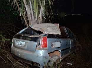 Motorista morre em capotagem na Faruk Salmen. Mulher e criança ficam feridas