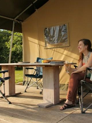 Slapen in een safaritent op Boerderijcamping De Paardenwei in Oostburg Zeeuws-Vlaanderen