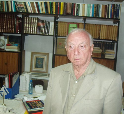יעקב אלעזר בארכיון שלו (צילום: זאב גלילי)