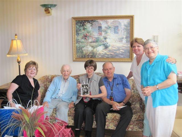 איחוד משפחתי לאחר 103 שנים. במרכז לאה קשת ולימינה יצחק רוזנטל ומסביב בני המשפחה