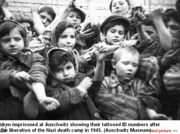 ילדי אושוויץ מציגים את הכתובות שעל ידיהם